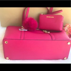 c34d12d3cce3 Michael Kors Bags - 🌷MICHAEL KORS Ultra Pink Large Leather Tote Set